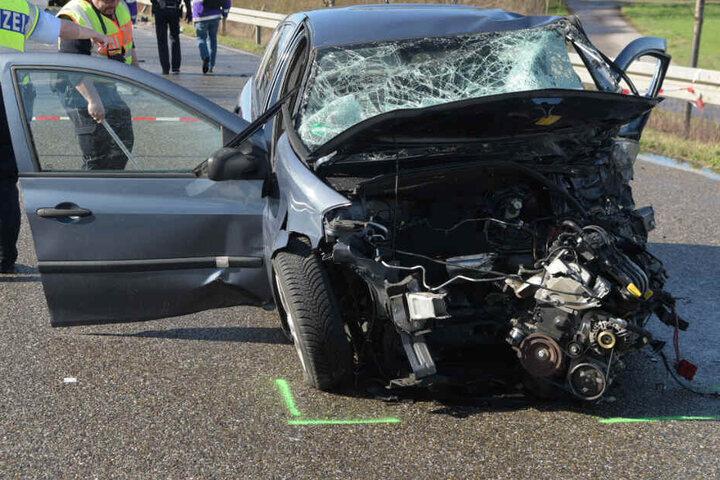 Polizisten vor einem der beteiligten Autos, aus dem der Motorblock herausgerissen wurde.