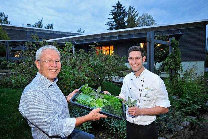 Inhaber Norbert Hanussek (63) und Küchenchef Ronny Otremba (33) schnuppern  sich durch ihren Kräutergarten.