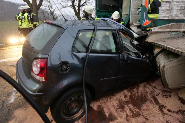 Der VW Polo schob sich bis zur Frontscheibe unter den Holztransporter.