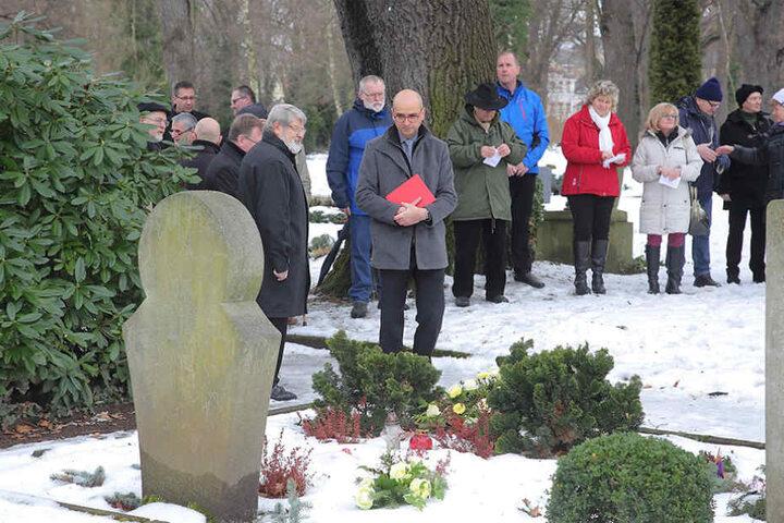 Am Grab des ermordeten Ehepaares  Adolph erwiesen zahlreiche Gäste ihnen die letzte Ehre.
