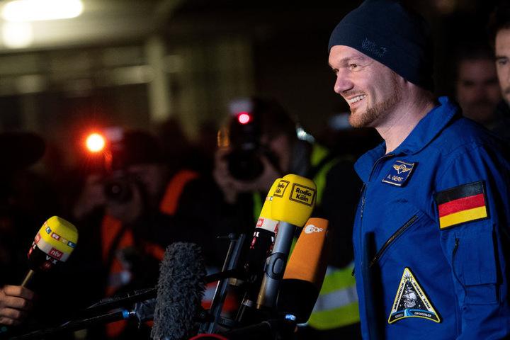 Astronaut Alexander Gerst (42) gibt nach seiner Ankunft am Flughafen Köln/Bonn ein Pressestatement.