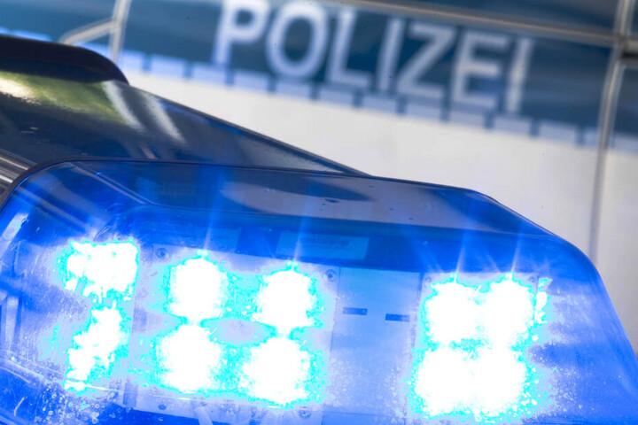 Die Polizei fuhr mit Blaulicht zu dem Einsatz. (Symbolbild)