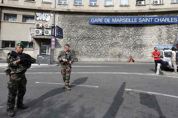 Französische Soldaten vor dem Bahnhof.