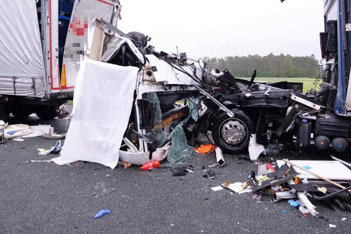 Für den Fahrer eines Lastwagens kam auf der A6 nach einem Unfall jede Hilfe zu spät.