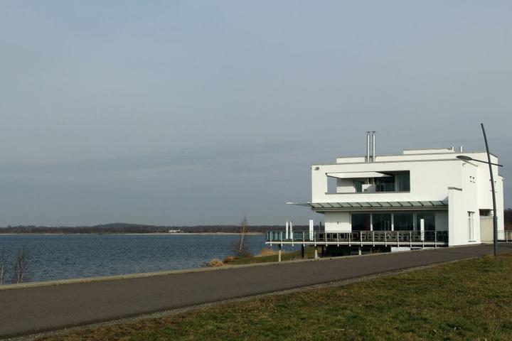 Für 4,9 Millionen Euro zu haben - die Luxus-Villa eines aus Westdeutschland zugewanderten Notars direkt am Ostufer des Cospudener Sees.