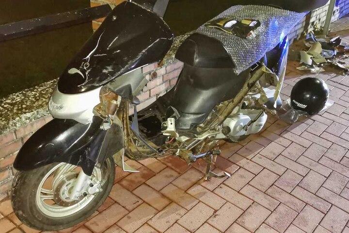 Der Roller wurde bei dem Zusammenprall mit dem Schild stark beschädigt.