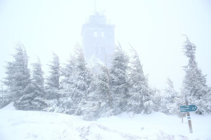 Auf dem Fichtelberg ist es stürmisch und es gibt aktuell Neuschnee.
