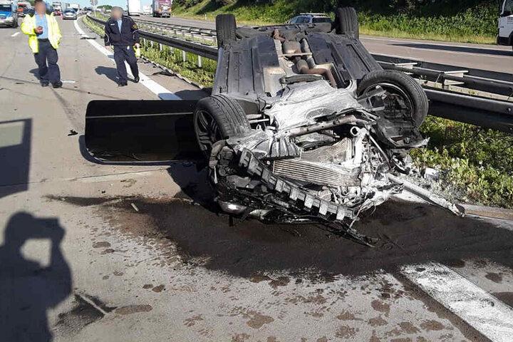 Nach dem Unfall blieb der Mercedes auf dem Dach liegen.