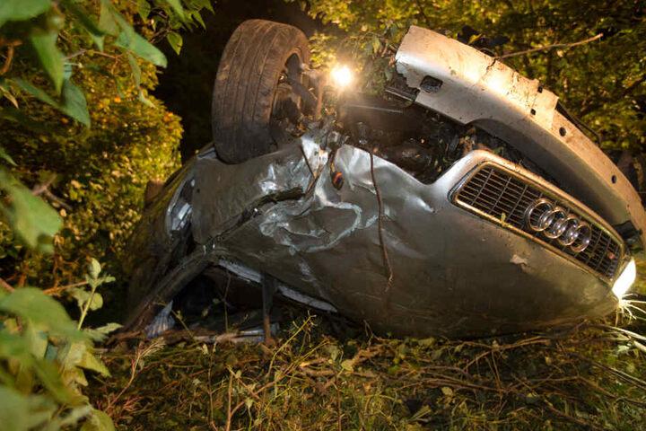 Der Audi-Fahrer (23) musste aus dem völlig zerstörten Fahrzeug befreit werden und kam schwer verletzt ins Krankenhaus.