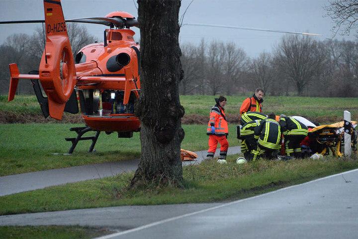 Rettungshubschrauber mussten die lebensgefährlich verletzten Männer in Krankenhäuser fliegen.