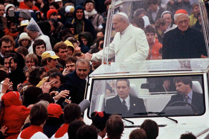 Papst Johannes Paul II., von der Bevölkerung herzlich empfangen, fuhr nach seiner Ankunft auf dem Köln-Bonner Flughafen am 15. November 1980 mit dem Papamobil zum Sportflugplatz Butzweiler Hof in Köln, wo er einen Familiengottesdienst abhielt.
