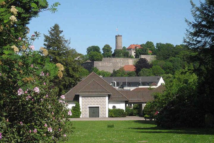 Der Blick vom Johannisfriedhof direkt auf die Bielefelder Sparrenburg.