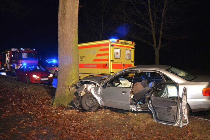 Der Fahrer des Unfallwagens wurde in seinem Auto eingeklemmt.