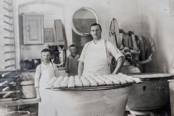 Ein Foto mit Uropa Schramm aus den 1930er-Jahren. Die alte Teigknetmaschine ist  aber schon seit 1913 im Familienbesitz.