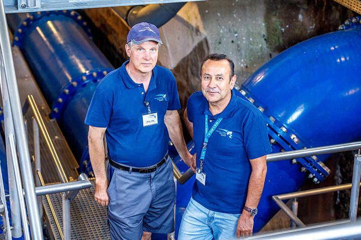 Kümmern sich vor Ort in Klingenberg: Stauwart Rainer Lohse (l.) und Betriebsleiter Ehsanulla Amani.