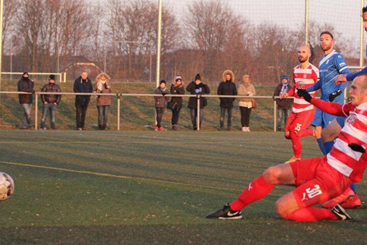 Erster! Julius Reinhardt (vorne) kommt vor Magdeburgs Dennis Erdmann an den Ball und trifft zum zwischenzeitlichen 2:2.