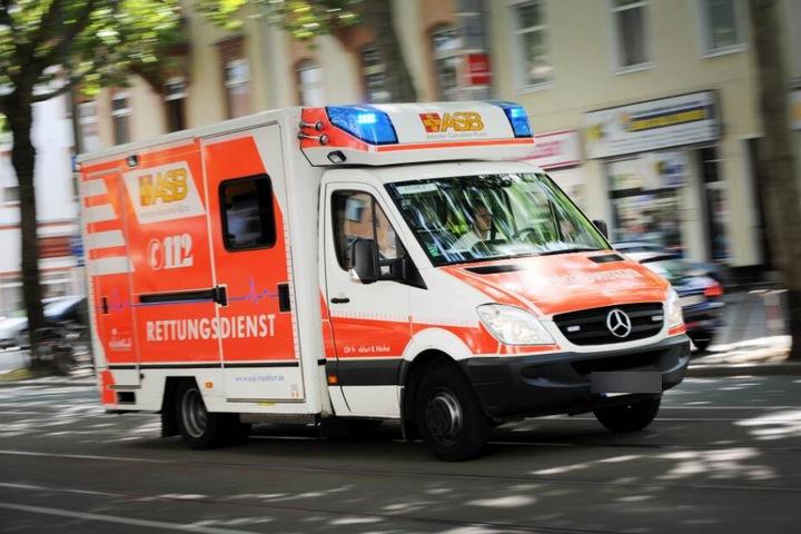 Die beiden Insassen kamen leicht verletzt ins Krankenhaus. (Symbolbild)