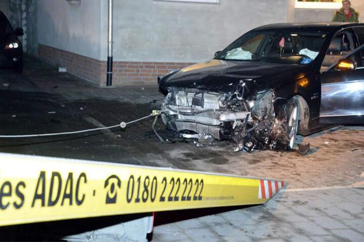 Der Mercedes musste abgeschleppt werden.