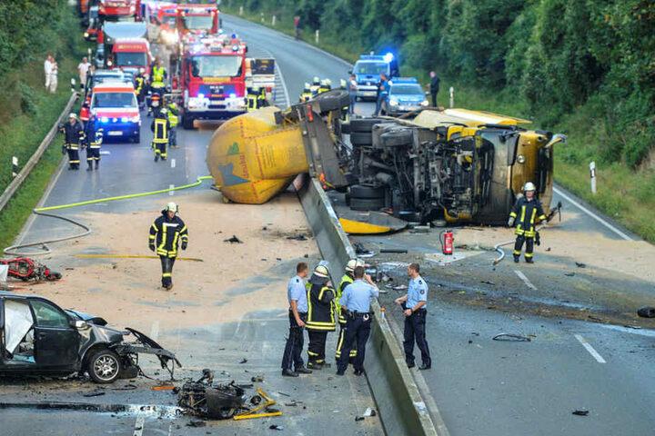 Ein aus Richtung Münster kommender Lastwagen ist aus noch ungeklärter Ursache ins Schleudern geraten und umgekippt.