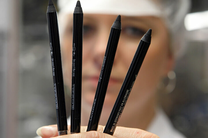 Eine Mitarbeiterin des Herstellers Schwan-Stabilo hält in Heroldsberg (Mittelfranken) Stifte in der Hand.