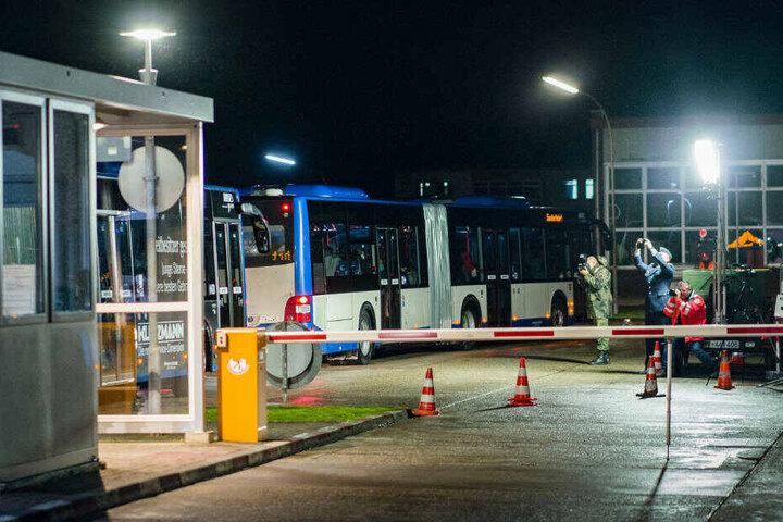 Busse mit wegen des Coronavirus evakuierten Menschen kommen in der Nacht in einem Konvoi in der Kaserne Südpfalz der Bundeswehr in Germersheim an.