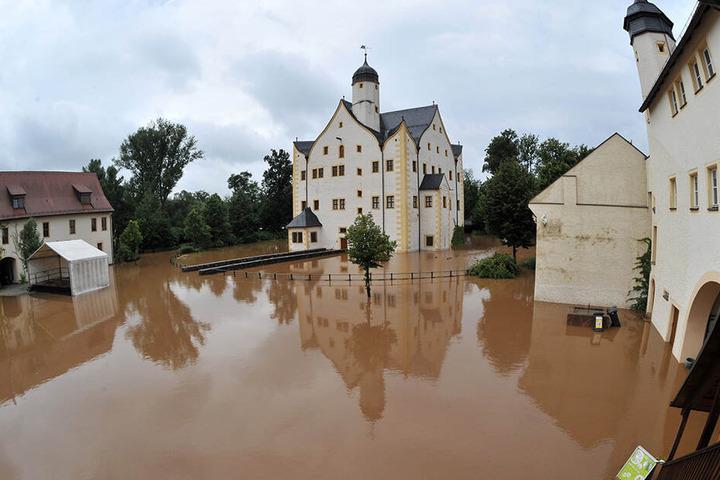 Erinnerungen an die schlimmen Regenfälle 2010 in Chemnitz werden wach, damals stand der Schlosshof des Wasserschlosses Klaffenbach unter Wasser. (Archiv)