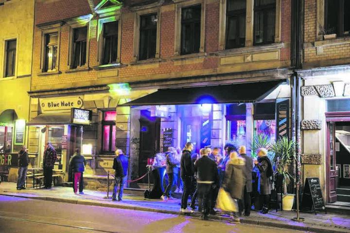 """Zur Eröffnung des """"Saxxim"""" drängelten sich die Gäste auch vor der Neustadt-Bar."""