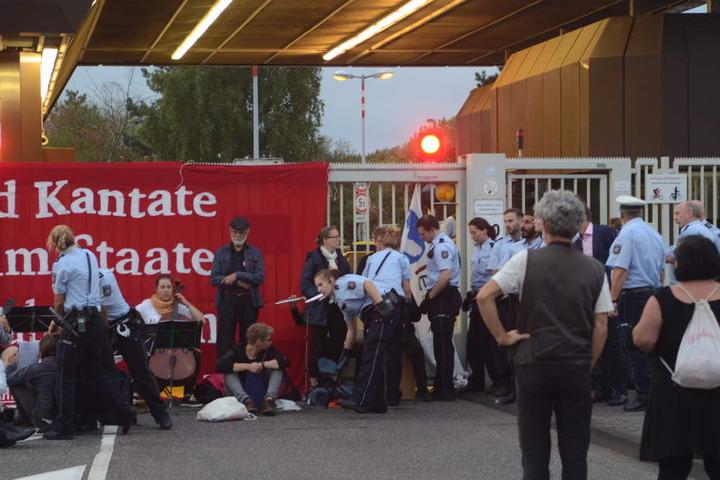 Das Bündnis Lebenslaute besetzte am Montagmorgen die Eingänge zum Bundesamt für Verfassungsschutz.