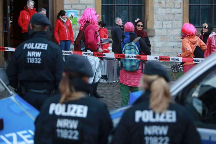 Mit lustigen Perücken versammelten sich die Gegendemonstranten auf dem Gelände der Spinnerei.