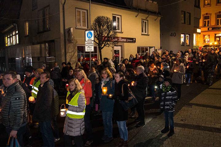 Die Bürger in Altena bekundeten mit einer Lichterkette ihre Solidarität mit dem angegriffenen Bürgermeister.
