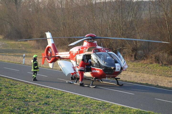 Der Rettungshubschrauber landete auf der Straße.