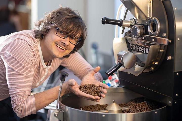 Mmmmmh...das riecht gut! Für Daniel Zeller (43) sind die besten Bohnen gerade mal gut genug.