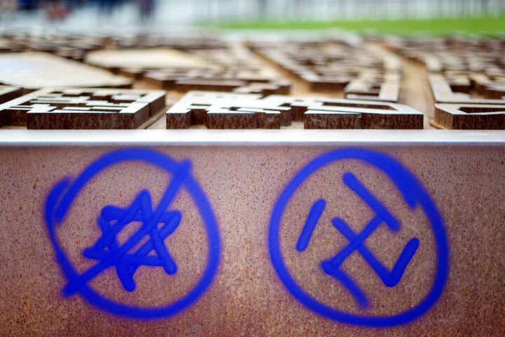 Ein Hakenkreuz und ein durchgestrichener Davidstern an einer Gedenkstätte. (Archiv)