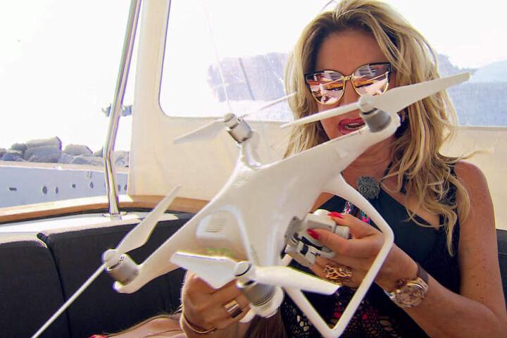 Mit einer Drohne will Carmen den Hafen von Mykonos nach Promis durchsuchen.