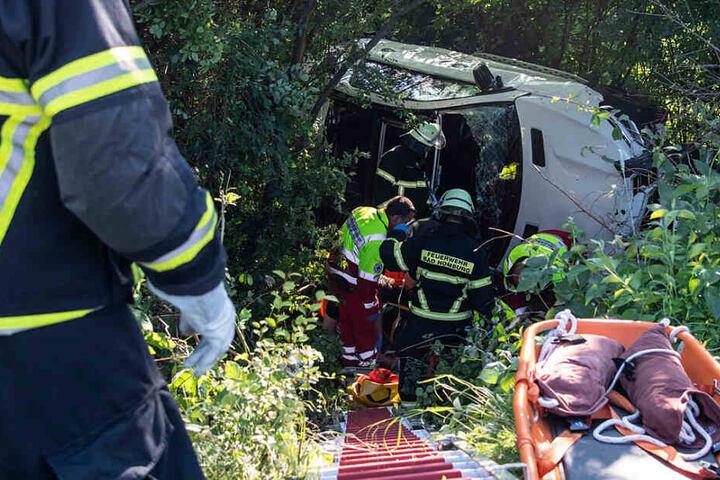 Das Foto zeigt den verunglückten Mercedes-SUV im Unterholz am Boden eines Abhangs neben der Straße.