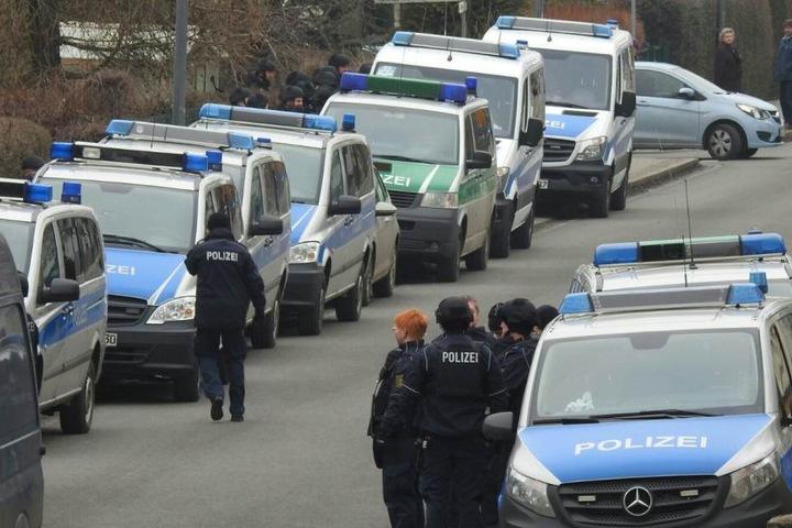 Ein Riesenaufgebot an Polizei und Sondereinsatzkommando ist in Borsdorf vor Ort.