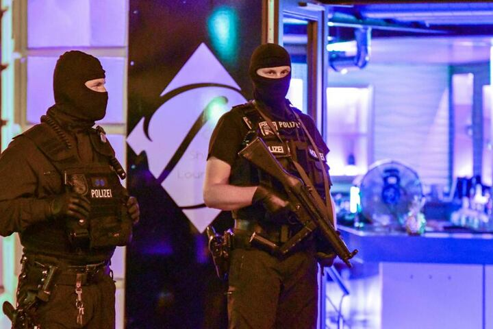 Unterstützt wurden sie dabei von schwer bewaffneten Einheiten der Polizei.
