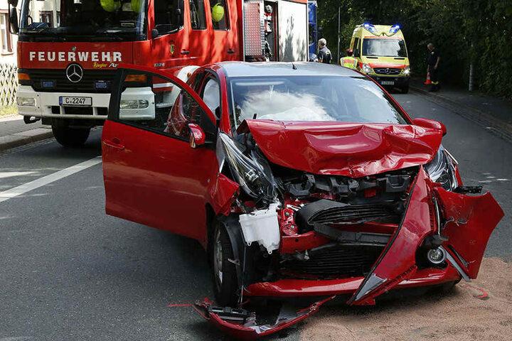 Die Front des Toyota ist bei dem heftigen Crash zerstört worden.