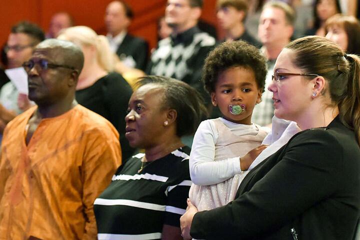 Neubürger des Landes Brandenburg sowie weitere Gäste singen die deutsche Nationalhymne beim zentralen Einbürgerungsfest in Potsdam.