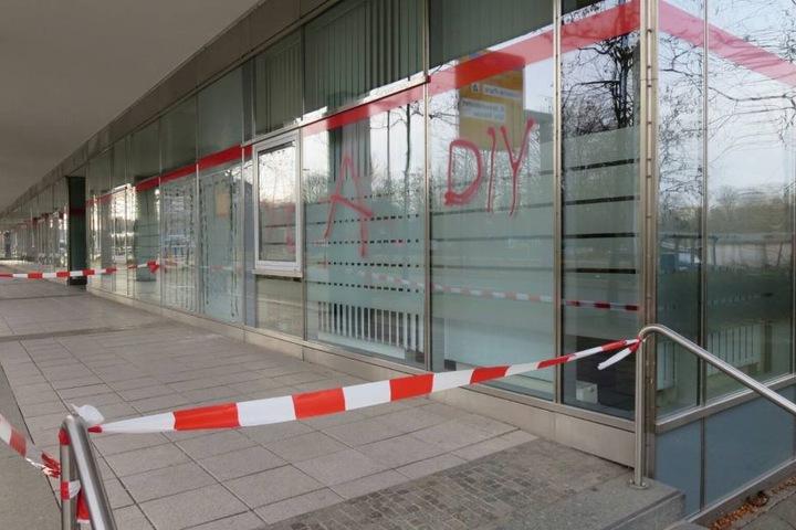Die oder der Täter schmierten Farbe an die Fassade an der Prager Straße.