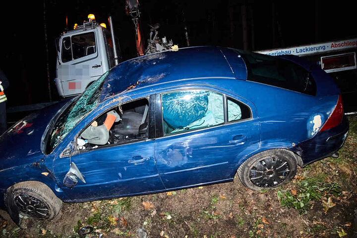 Das Fahrzeug wurde am Abend aus dem Straßengraben geborgen.