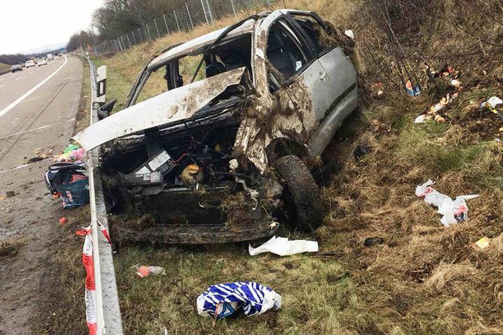 Der Ford hatte sich erst überschlagen, bevor er neben der Autobahn zum Stehen kam.