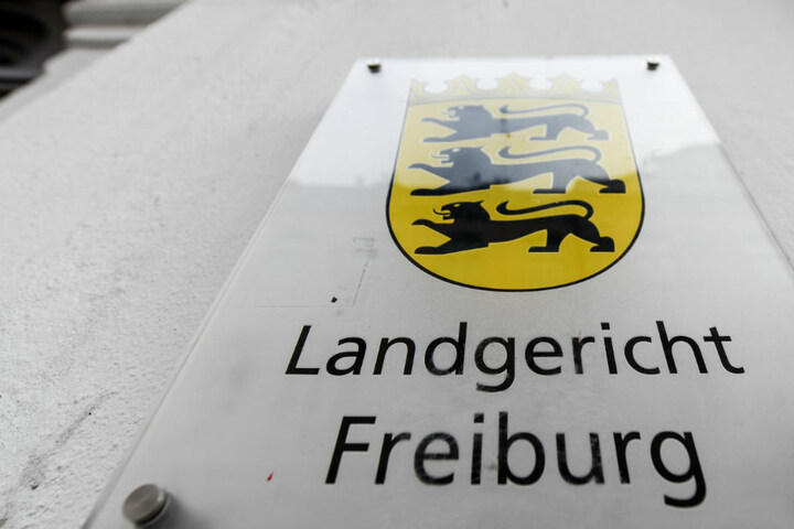 Der Angeklagte gab vor dem Landgericht Freiburg zu, seine Frau erschlagen zu haben.