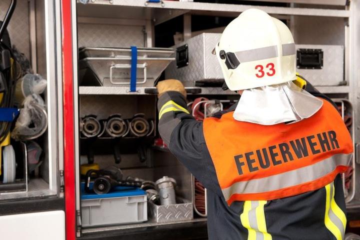 Noch immer hält die Feuerwehr Wache an dem brennenden Haus.. (Symbolbild)
