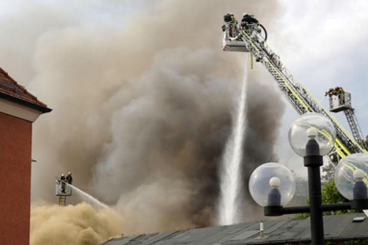 Wie die Polizei mitteilte, sind die Einsatzkräfte auch am Freitag beschäftigt, den Brand unter Kontrolle zu bekommen.