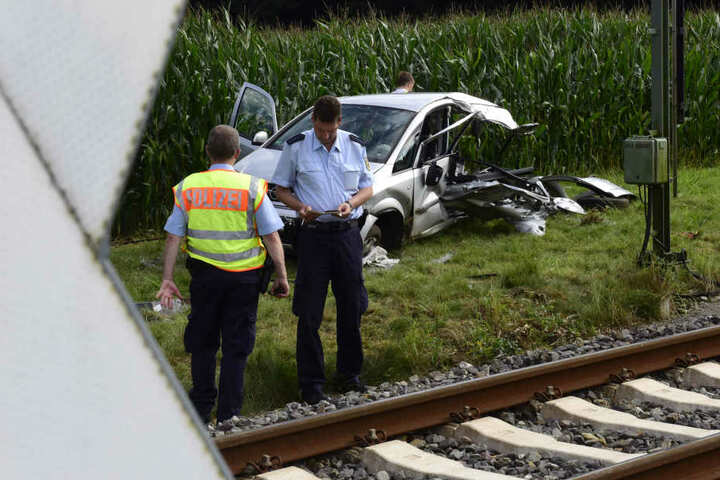 Zug mit Auto zusammengestoßen: Fahrer tot, Beifahrerin schwer verletzt