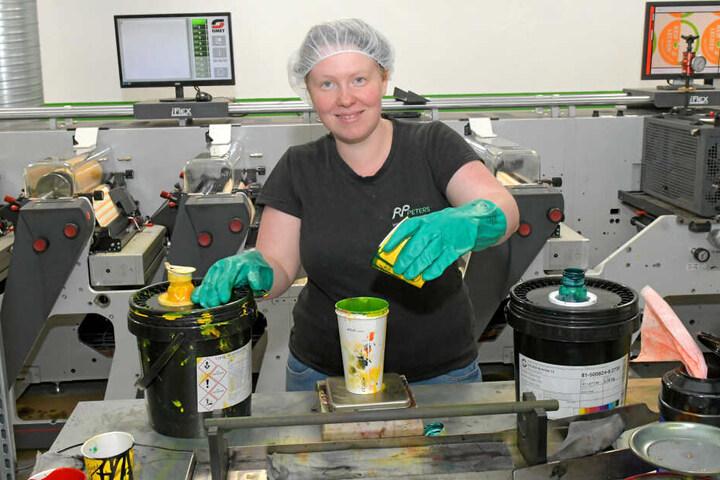 Flexodruckerin Diana Fröhlich mischt Farben an.