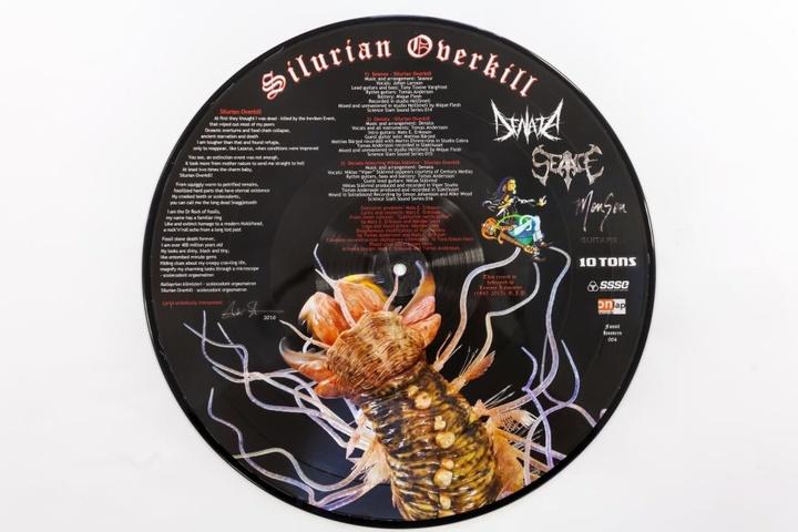 Bei der Eröffnung gibt's exklusiv eine Picture-Disk zu kaufen, die auf 300  Exemplare limitiert ist. Sie wurde in Ehren für den verstorbenen Motörhead  Sänger Lemmy Kilmister (1945-2015) gestaltet.