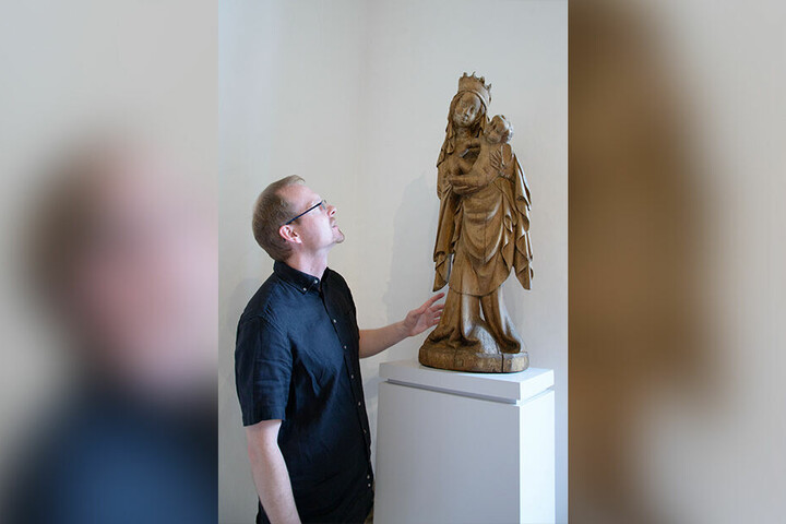 Stefan Thiele hat die 600 Jahre alte Madonna wieder in der Ausstellung des Schloßbergmuseums aufgestellt.