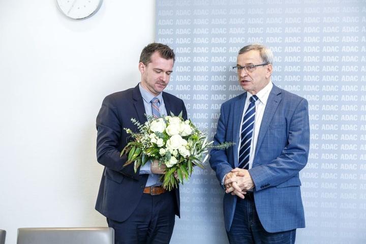 """""""Herzlichen Glückwunsch, Dresden!"""" ADAC-Vorstand Helmut Büschke (r., 66) überreicht Verkehrsbürgermeister Raoul Schmidt-Lamontain (38, Grüne) Blumen."""